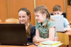 使用膝上型计算机的学生在教训 库存图片