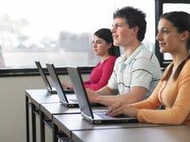 使用膝上型计算机的学生在计算机类 库存照片