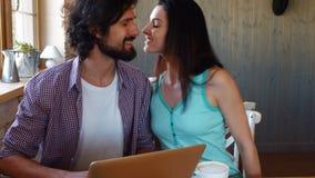 使用膝上型计算机的富感情的夫妇 影视素材