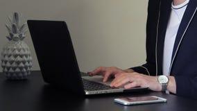 使用膝上型计算机的少妇在办公室和键入 股票视频