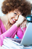 使用膝上型计算机的少妇在咖啡馆 免版税库存照片
