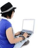 使用膝上型计算机的少妇,隔绝在白色 免版税库存照片