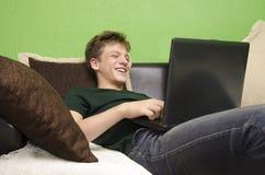 使用膝上型计算机的少年 库存图片