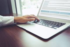 使用膝上型计算机的年轻商人多任务 企业技术 库存图片