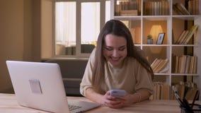 使用膝上型计算机的年轻愉快的白种人女实业家特写镜头画象和得到在的一个扣人心弦的通知 股票录像