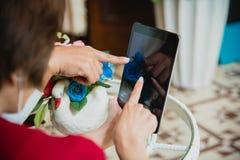 使用膝上型计算机的年轻职业妇女顶视图和读年终报告文件在工作 企业服务台她的妇女工作 库存图片