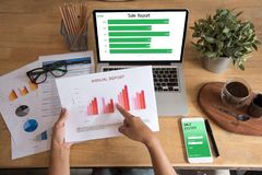 使用膝上型计算机的年轻职业妇女顶视图和读年终报告文件在工作 企业服务台她的妇女工作 免版税库存照片