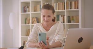 使用膝上型计算机的年长白种人深色的女实业家特写镜头画象和采取在电话的selfies在 股票视频