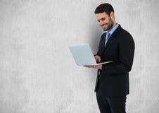 使用膝上型计算机的愉快的商人反对灰色背景 库存例证