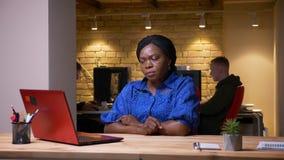 使用膝上型计算机的成人非裔美国人的女实业家特写镜头射击和失望关于损失在办公室 影视素材