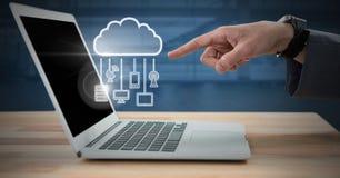 使用膝上型计算机的手有云彩象和垂悬的连接设备的 图库摄影
