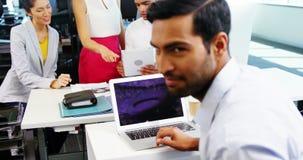 使用膝上型计算机的执行委员在办公室 股票视频