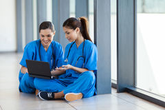 使用膝上型计算机的护士 免版税库存照片