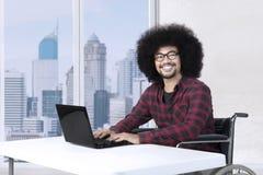 使用膝上型计算机的有残障的商人 免版税库存图片