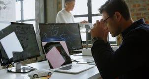 使用膝上型计算机的汽车设计师在书桌4k 股票录像