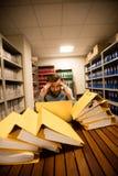 使用膝上型计算机的沮丧的商人在文件存储室 库存图片