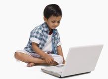 使用膝上型计算机的男孩 免版税图库摄影