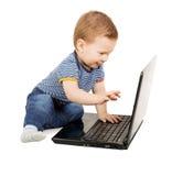 使用膝上型计算机的男婴 免版税库存照片