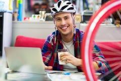 使用膝上型计算机的自行车传讯者 库存图片