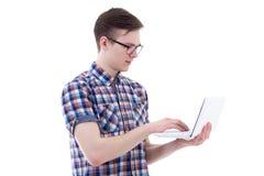使用膝上型计算机的英俊的十几岁的男孩隔绝在白色 库存图片