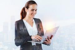 使用膝上型计算机的负责任的年轻专家在工作 免版税库存图片