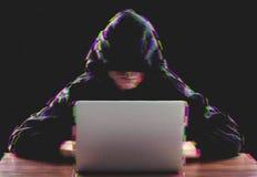 使用膝上型计算机的黑客为对公司服务器的组织的攻击 库存图片