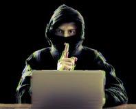 使用膝上型计算机的黑客为对公司服务器的组织的攻击 免版税库存照片