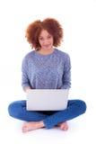 使用膝上型计算机的黑人非裔美国人的学生女孩 免版税库存图片