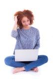 使用膝上型计算机的黑人非裔美国人的学生女孩 免版税库存照片