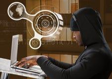 使用膝上型计算机的黑客侧视图在前面大厦 免版税库存图片