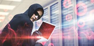 使用膝上型计算机的黑客的综合图象窃取身分 免版税库存照片