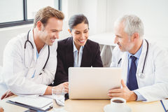 使用膝上型计算机的医疗队在会议室 库存图片