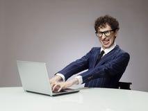 使用膝上型计算机的滑稽的人 库存照片