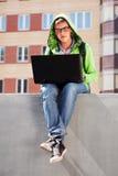 使用膝上型计算机的年轻人 库存照片