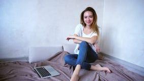 使用膝上型计算机答复由电子邮件和工作的惊人的少妇在 免版税库存图片
