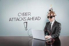 使用膝上型计算机,网络攻击与葡萄酒商人的前面文本 图库摄影
