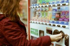 使用自动售货机的女性欧洲游人在秋叶原,东京,日本 免版税库存图片