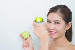 使用自然护肤品, moistur的美丽的亚裔妇女 图库摄影
