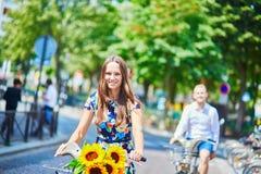 使用自行车的年轻夫妇在巴黎,法国 免版税库存图片