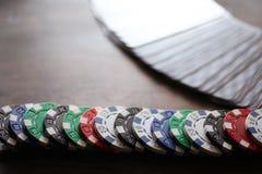 使用芯片的打牌在一张木桌上 库存图片