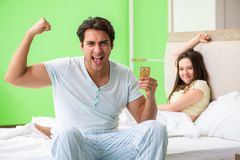 使用药片的人为妇女满意 免版税库存图片