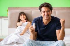 使用药片的人为妇女满意 免版税库存照片