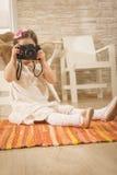 使用葡萄酒照片照相机的美丽的女孩 免版税库存照片