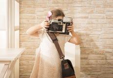 使用葡萄酒照片照相机的美丽的女孩 库存照片
