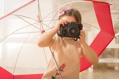 使用葡萄酒照片照相机的美丽的女孩 免版税库存图片