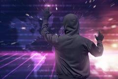 使用虚屏的戴头巾黑客背面图对乱砍 免版税库存照片