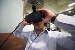 使用虚拟现实小配件计算机玻璃的人 图库摄影