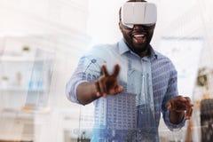 使用虚拟现实工具的微笑的人 免版税图库摄影