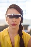 使用虚拟现实录影玻璃的女性商业主管 库存图片