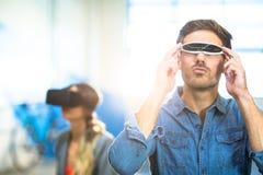 使用虚拟现实录影玻璃的年轻人 免版税库存照片
